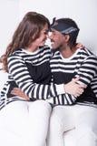 Paare in der Liebe, die auf Couch sitzt Stockfoto