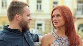 Paare in der Liebe, die auf der Bank sitzt stock video