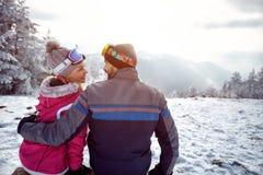 Paare in der Liebe, die auf Winter genießt, machen zusammen auf dem Berg Urlaub Stockbilder