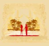 Paare in der Liebe, die den Sonnenuntergang betrachtet Lizenzfreie Stockbilder