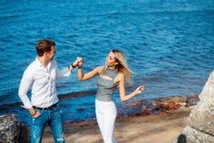 Paare in der Liebe, die den Spaß lacht und lächelt am Strand hat Lizenzfreies Stockbild