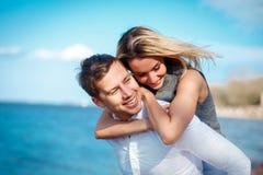 Paare in der Liebe, die den Spaß lacht und lächelt am Strand hat Lizenzfreie Stockbilder