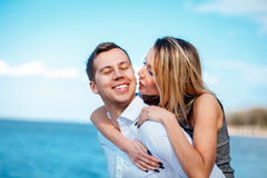 Paare in der Liebe, die den Spaß lacht und lächelt am Strand hat Stockbild