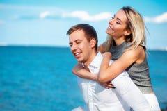 Paare in der Liebe, die den Spaß lacht und lächelt am Strand hat Stockfotografie