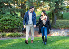 Paare in der Liebe, die draußen Händchenhalten laufen lässt Lizenzfreie Stockfotos