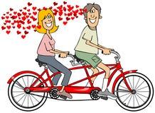 Paare in der Liebe, die ein Fahrrad reitet Lizenzfreie Stockbilder