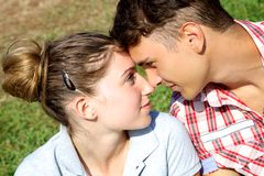 Paare in der Liebe, die einander betrachtet lizenzfreie stockbilder