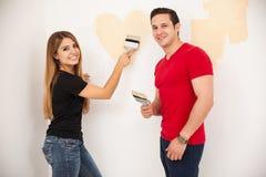 Paare in der Liebe, die eine Wand malt Lizenzfreie Stockfotografie