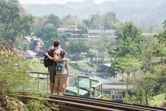 Paare in der Liebe, die in Kanchanaburi, Thailand sich amüsiert Stockfotografie