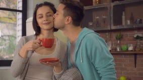 Paare in der Liebe, die morgens Cappuccino in der Wohnung Gefallen findet lizenzfreie stockfotos