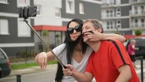 Paare in der Liebe, die selfie nimmt Sie Sit On Bicycle Sie umarmen und flirten mit einander stock video