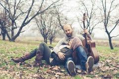 Paare in der Liebe, die Serenade mit Gitarre spielt Lizenzfreies Stockfoto
