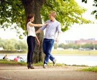 Paare in der Liebe, die Spaß draußen hat Lizenzfreies Stockfoto