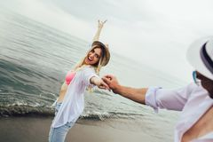Paare in der Liebe, die Spa?datierung auf Strand hat lizenzfreie stockbilder