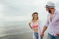 Paare in der Liebe, die Spa?datierung auf Strand hat lizenzfreie stockfotos