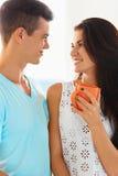 Paare in der Liebe, die tief jeder des anderen Augen untersucht lizenzfreie stockfotos