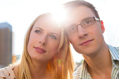 Paare in der Liebe, die träumerisch den Himmel untersucht Lizenzfreie Stockfotografie