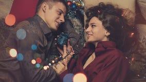 Paare in der Liebe, die Weihnachten feiert stockfoto