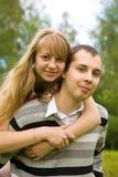 Paare in der Liebe draußen Stockbild