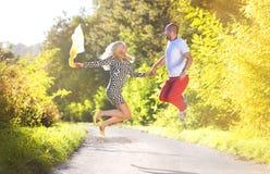 Paare in der Liebe in einem Park Stockfotografie