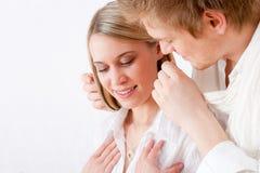 Paare in der Liebe - Erhalten der anwesenden Halskette Lizenzfreies Stockbild