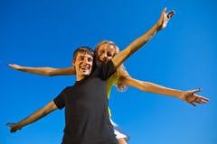 Paare in der Liebe haben Spaß draußen lizenzfreies stockbild