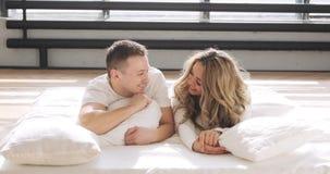 Paare in der Liebe im Bett betrachten Kamera und das Lächeln Mann küsst seine Freundin leicht auf der Stirn stock video