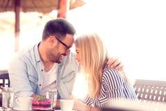 Paare in der Liebe im Café stockbild