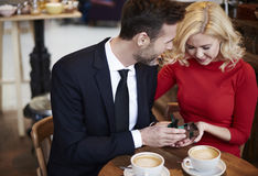 Paare in der Liebe im Café lizenzfreies stockbild