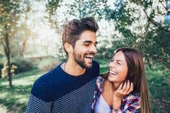 Paare in der Liebe im Herbst stockfoto