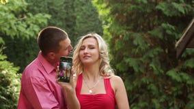 Paare in der Liebe im Park mit Telefon stock video
