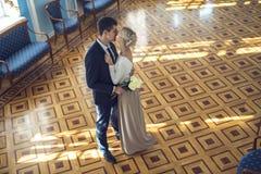 Paare in der Liebe im schönen Innenraum stockfoto