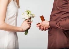 Paare in der Liebe mit Ehering und Geschenkbox Stockfotografie