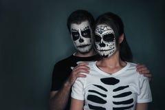 Paare in der Liebe mit Zuckerschädel-Gesichtskunst Lizenzfreie Stockfotografie