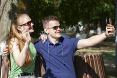 Paare in der Liebe Romantische Paare, die in Momente des Gl?ckes im Park enyojing sind Liebe und Weichheit, Datierung, Romanze le lizenzfreie stockfotografie