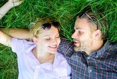 Paare in der Liebe vereinigt mit Natur Natur füllt sie mit Frische und Inspiration Glückliche sorglose des Kerls und des Mädchens lizenzfreie stockfotos