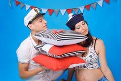 Paare in der Liebe während der Schwangerschaft in einer Marineart Stockbild