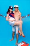 Paare in der Liebe während der Schwangerschaft in einer Marineart Lizenzfreies Stockbild