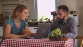 Paare in der Liebe zu Hause lizenzfreies stockfoto