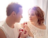 Paare der Liebhaber. Mann stellt Blume dar stockbilder