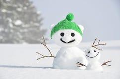 Paare der lustigen Schneemänner Lizenzfreie Stockfotos