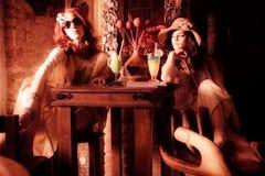 Paare der romantischen Freundinnen im stilvollen Kaffee lizenzfreies stockbild