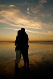 Paare in der romantischen Umarmung stockfoto