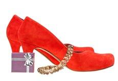 Roter hoher Absatz pumpt mit kleiner Geschenkbox und Halskette Stockfoto