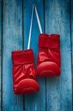 Paare der roten Boxhandschuhe Stockfotos