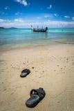 Paare der Sandale auf dem Strand Stockbilder