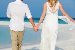 Paare an der schönen Strand-Hochzeit Stockfotografie