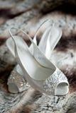 Paare der schönen weißen hoher Absätze für eine Hochzeit lizenzfreie stockbilder