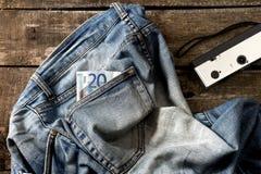 Paare der schmutzigen Jeans-, Eurozwanzig Rechnung und Weinlesekamera Stockbild