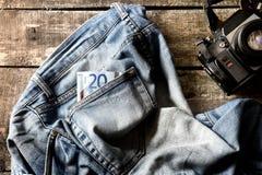 Paare der schmutzigen Jeans-, Eurozwanzig Rechnung und Weinlesekamera Stockbilder
